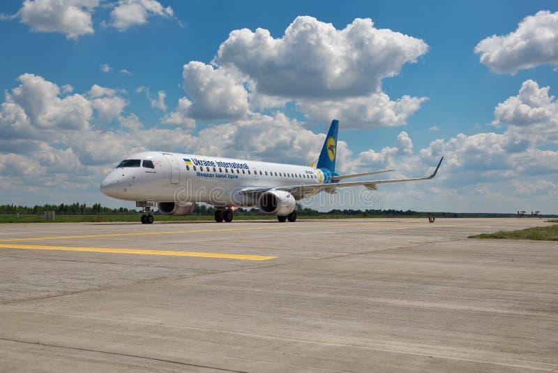 Ukraine International Airlines ERJ-190 zdjęcia stock