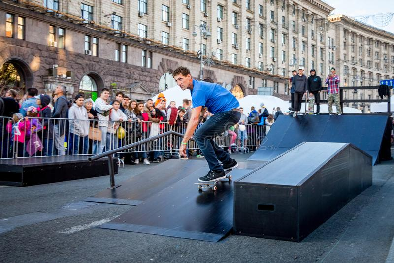 ukraine kiev Oktober 2018 Een Amerikaanse skateboarder tijdens per stock foto's