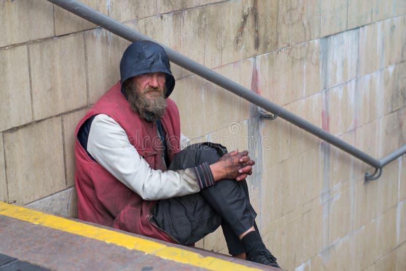 UKRAINE, KIEV-SEPTEMBER 24,2017: Obdachloser in der U-Bahnüberfahrt Das Problem des Obdachlosers, der auf den Straßen lebt stockfotografie