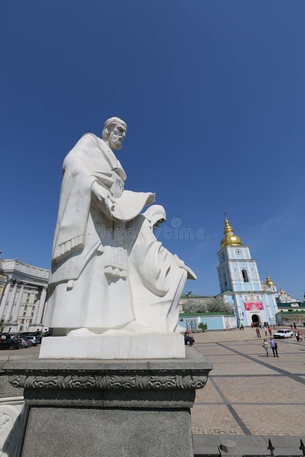 Ukraine, Kiew Das Monument zu Cyril und Methodius auf Sofievskaya quadrieren in Kiew lizenzfreie stockfotos