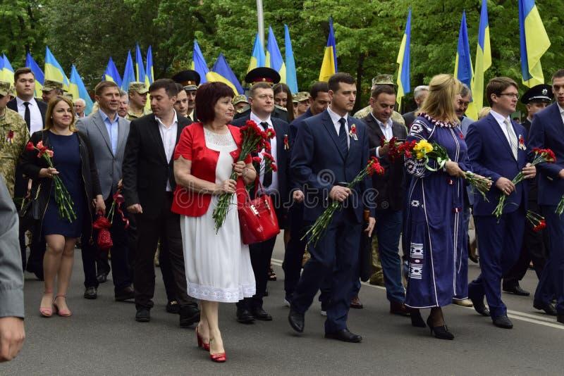 Ukraine, Kiew - 05 9 2016: Leute feiern den Tag des Sieges in den Straßen der Stadt, ein Militärmusiker lizenzfreie stockfotos