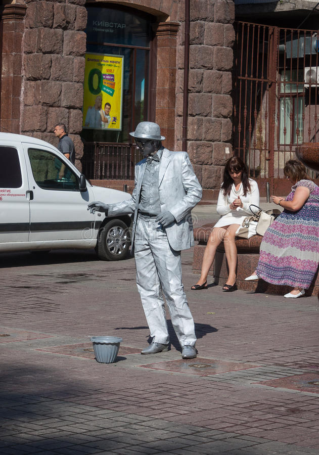 UKRAINE, KIEW - Mai 27,2013: Ein nicht identifiziertes busking Pantomime perfor stockbilder