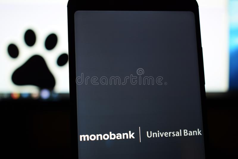 Ukraine, Kremenchug - März 2019: Universalbanklogo Monobank auf dem Telefonschirm lizenzfreie stockfotografie
