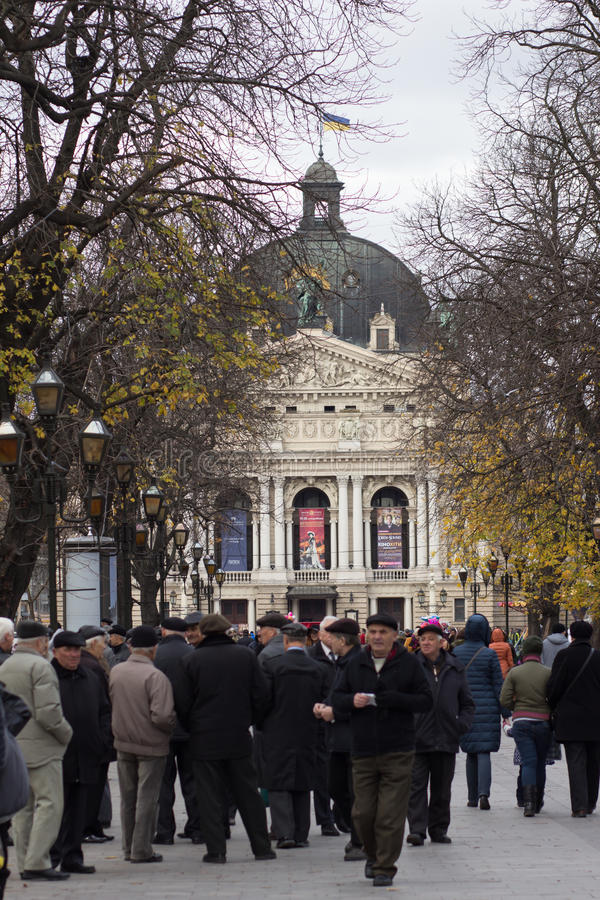 ukraine LEMBERG - 15. NOVEMBER 2015: Aktiver Ruhestand, Gruppe alte männliche Freunde, die öffentlich auf Park der Bank in Lv spr stockfoto