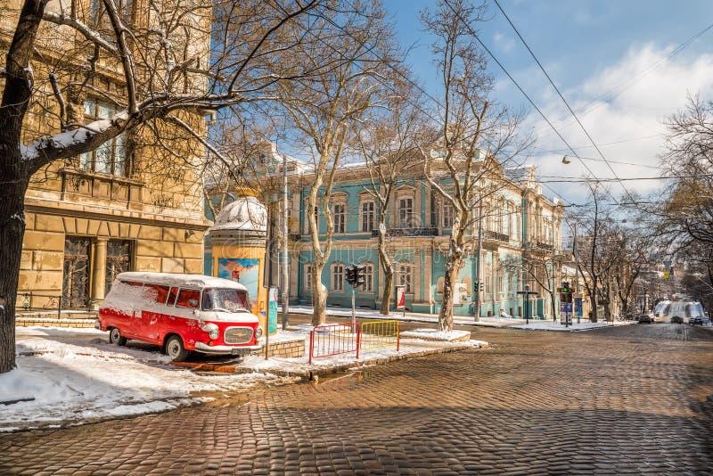 ukraine odessa Retro bil, gamla historiska byggnader royaltyfri fotografi