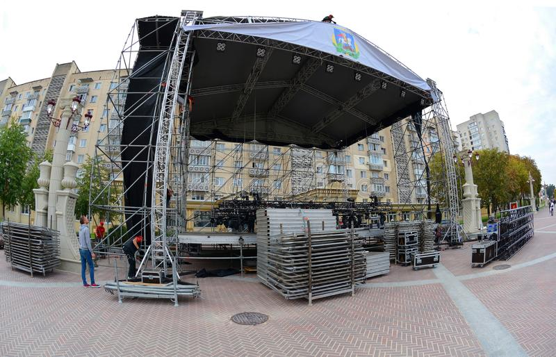 UKRAINE - OKTOBER 1, 2017: Workers Installation of scene for the celebration of the city`s day royalty free stock images
