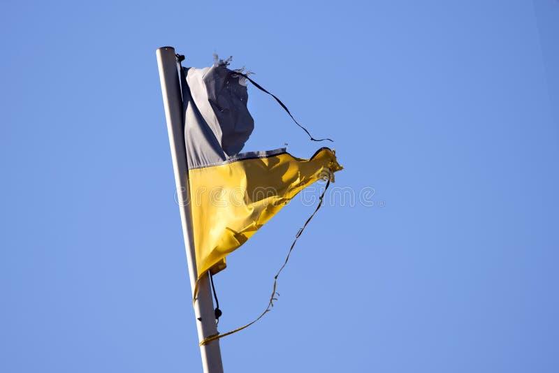 ukrainische Flagge auf Flagspole lizenzfreies stockfoto