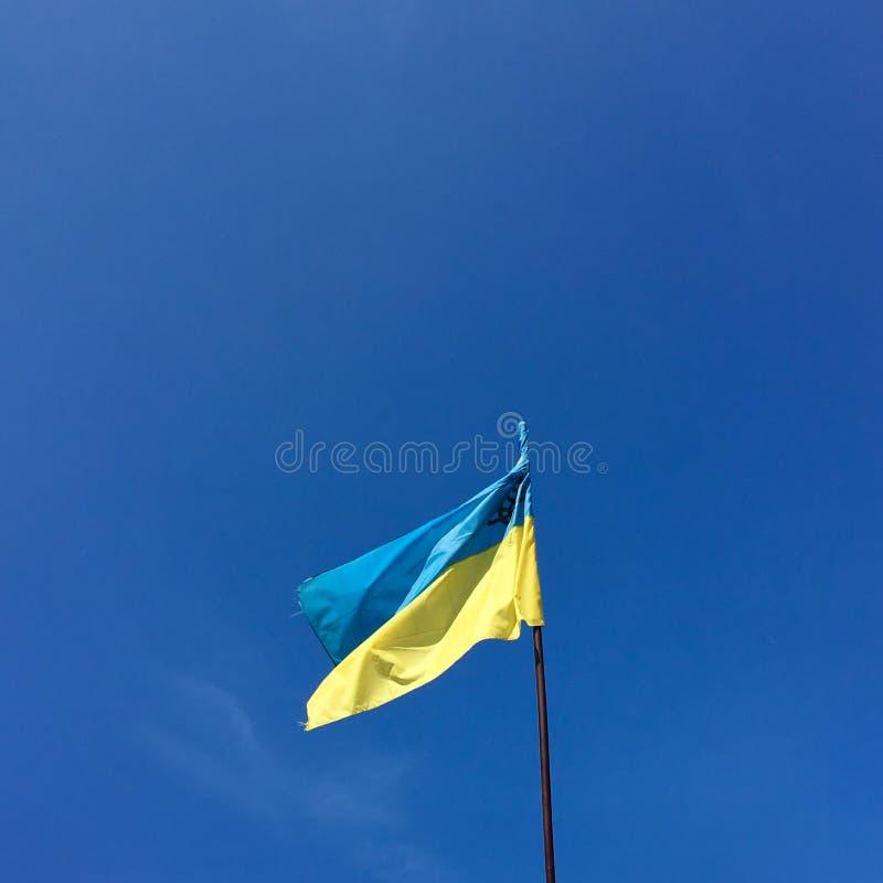 Ukrainische Flagge am blauen Himmel lizenzfreie stockfotografie