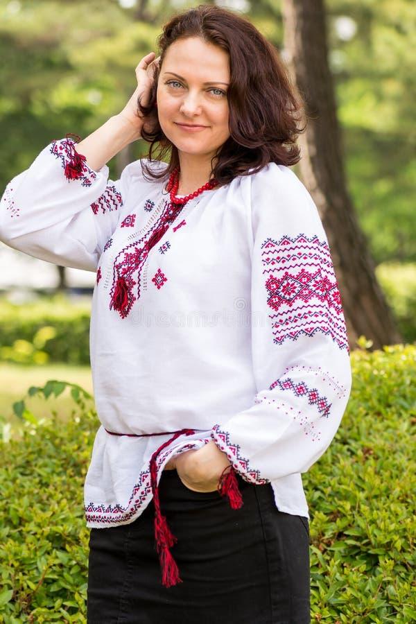 Ukrainische Frau im Trachtenkleid stockfotografie