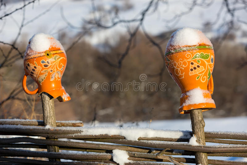 Ukrainische Lehmkrüge auf Zaun im Winter stockbilder