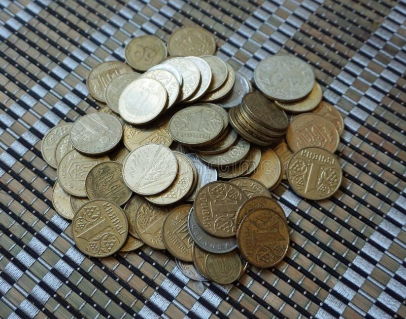 Ukrainische Münzen in den Bezeichnungen von einem hryvnia und von anderen, falteten sich in einem Dia Eagle und Endstücke lizenzfreies stockbild