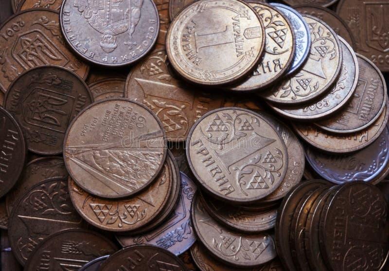 Ukrainische Münzen in den Bezeichnungen von einem hryvnia und von anderen, falteten sich in einem Dia Eagle und Endstücke stockbild