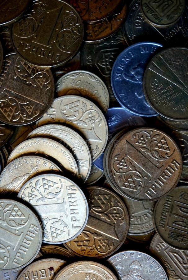Ukrainische Münzen in den Bezeichnungen von einem hryvnia und von anderen, falteten sich in einem Dia Eagle und Endstücke lizenzfreie stockbilder