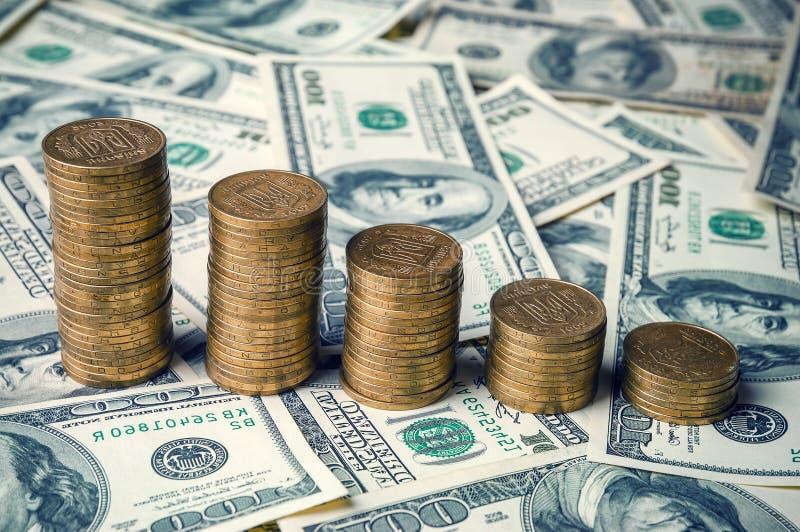 Ukrainische Münzen und Dollar lizenzfreie stockbilder