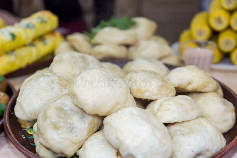 Ukrainische Mehlklöße mit Schweinefleisch nach innen lizenzfreies stockfoto