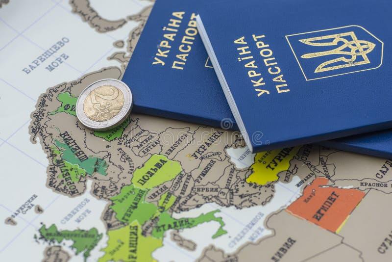 Ukrainische Pässe auf der Karte von Europa stockfotos