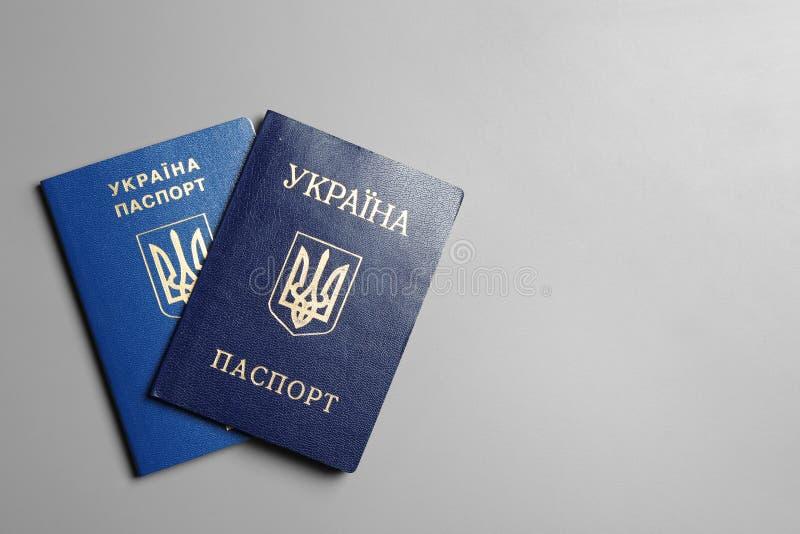 Ukrainische Pässe auf grauem Hintergrund mit Raum für Text Internationale Verh?ltnisse lizenzfreies stockfoto