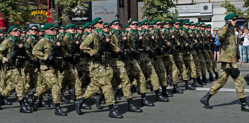 Ukrainische Soldaten, die an der Militärparade marschieren stockbilder