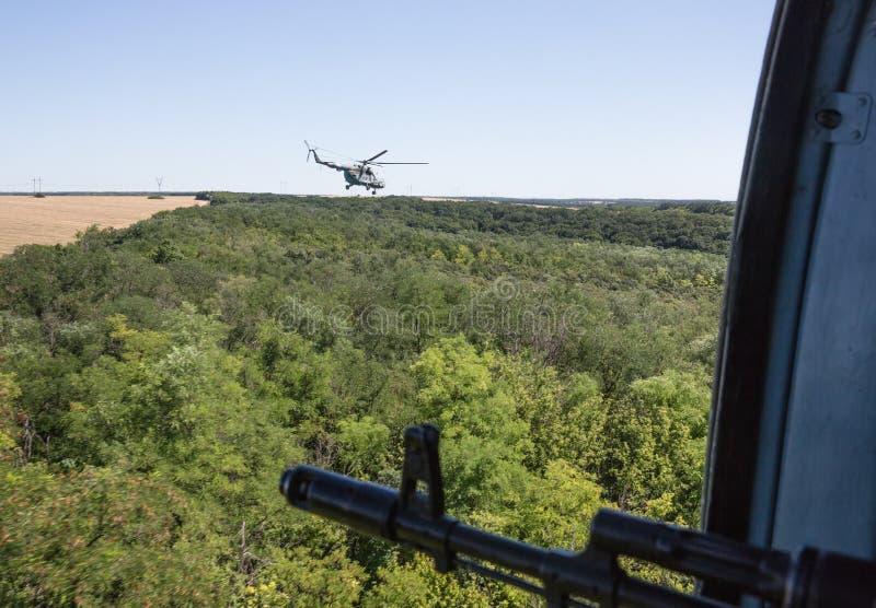 Ukrainischer Armeehubschrauber patrouilliert Bereich von Anti-Terrorist-operatio lizenzfreie stockfotos