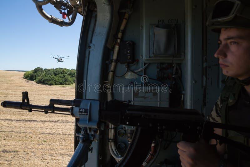 Ukrainischer Armeehubschrauber patrouilliert Bereich von Anti-Terrorist-operatio stockfotos