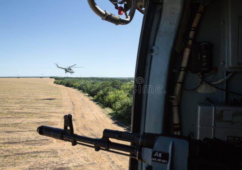Ukrainischer Armeehubschrauber patrouilliert Bereich von Anti-Terrorist-operatio lizenzfreies stockbild