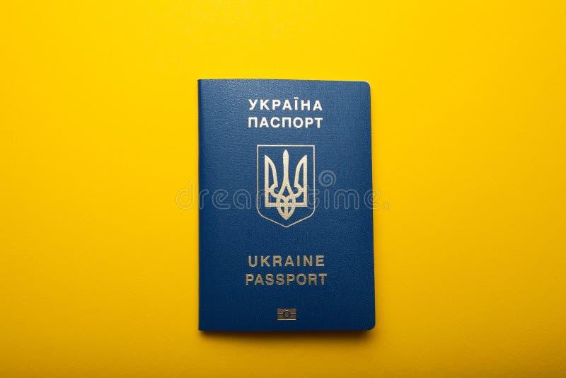 Ukrainischer biometrischer Pass lokalisiert auf einem gelben Hintergrund stockbild