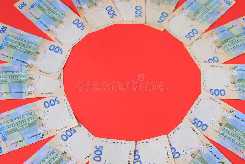 Ukrainischer Hryvna, Banknoten 500 hryvnia, auf rotem Hintergrund, Geldkonzept, Weihnachten, Neujahrsgeschenke, Einkaufen Ukraine stockfotos