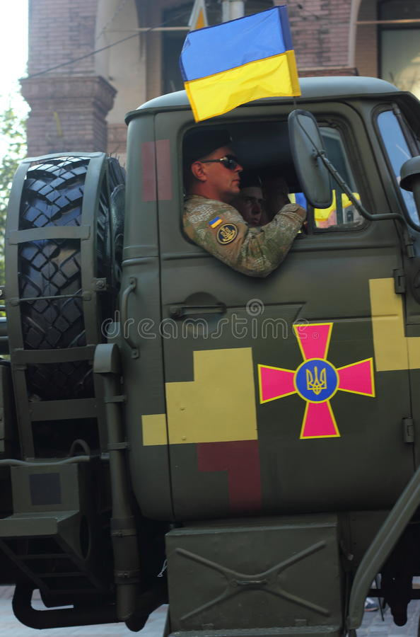 Ukrainisches Armeemilitär führt vor lizenzfreies stockbild