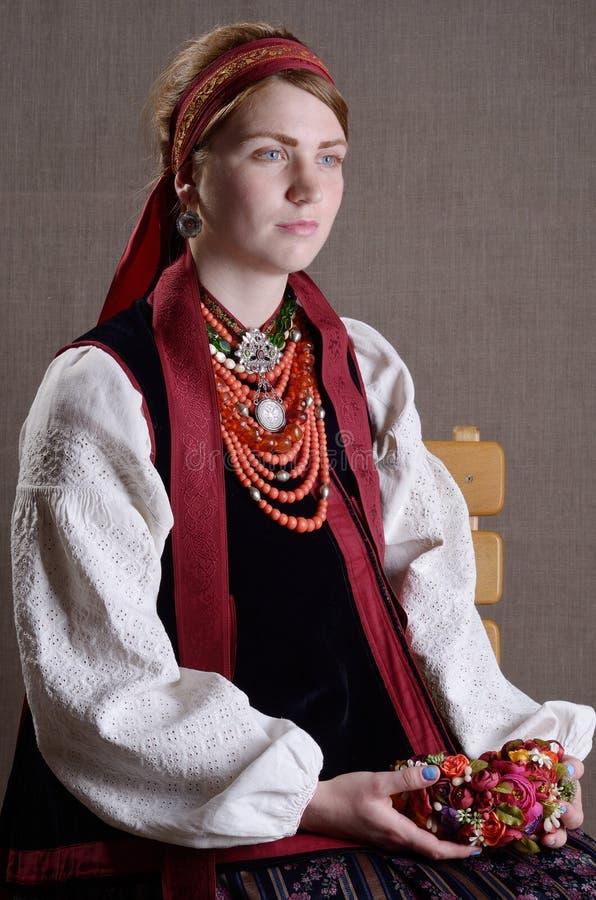 Ukrainisches Mädchen im Volkskostüm stockfotos