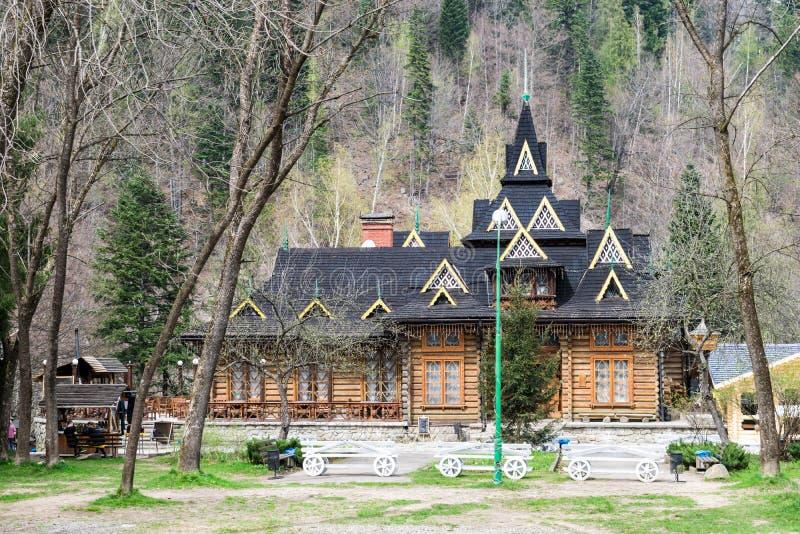 Ukrainisches Restaurant Hutsulshyna in den Karpaten stockfotografie