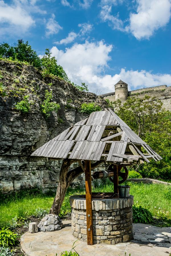 Ukrainsk brunn på en fästningbakgrund royaltyfri fotografi