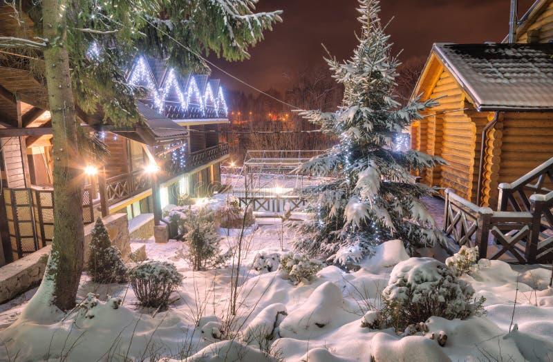 Ukrainsk carpathian by som är upplyst vid julljus royaltyfria bilder
