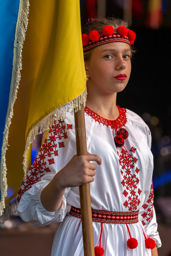 Download Ukrainsk Dansare För Ung Flicka I Traditionell Dräkt, Med Nationa Redaktionell Bild - Bild av flicka, kläder: 76701516