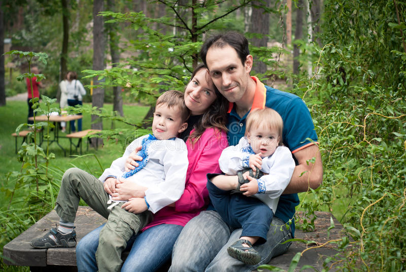 Ukrainsk familj i nationell kläder royaltyfri foto