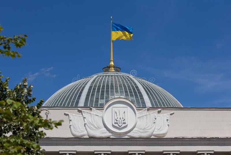 Ukrainsk flagga som vinkar över parlamentet i Kiev arkivfoton