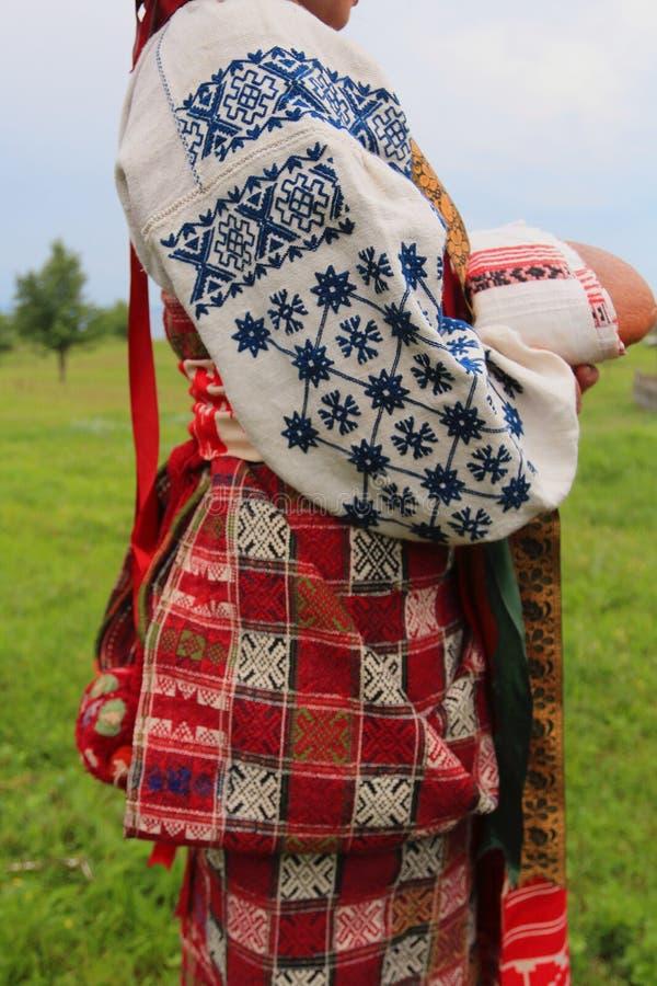Ukrainsk infödd women& x27; s-folkklänning royaltyfri bild