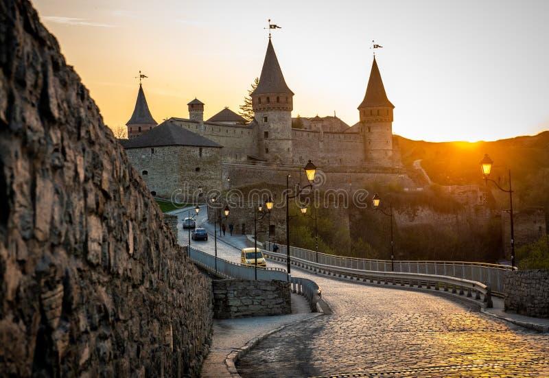 Ukrainsk Kamianets-Podilskyi fästning på solnedgången arkivbilder