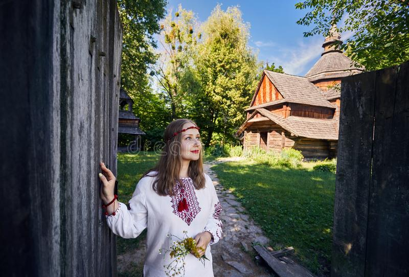 Ukrainsk kvinna i etnisk by arkivbild