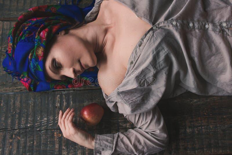Ukrainsk kvinna i traditionell nationell folkkläder arkivbild