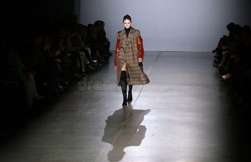 Ukrainsk modevecka FW19-20: samling av Elena BURENINA arkivbild