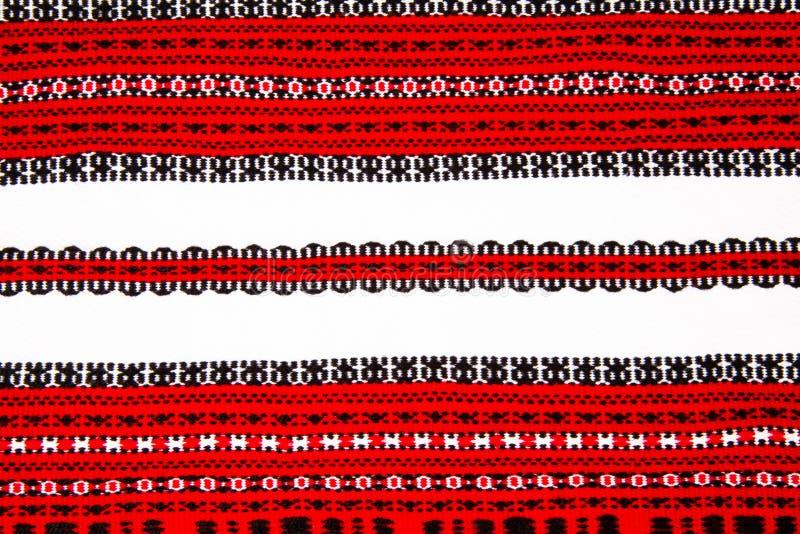 Ukrainsk nationell röd och svart prydnadbrodericloseup royaltyfri foto