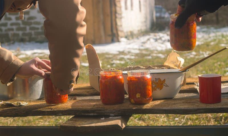 Ukrainsk traditionell borsch i den glass kruset arkivbilder