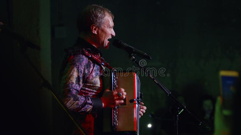 Ukrainsk vokalist och gitarrist Oleh Skrypka royaltyfria bilder