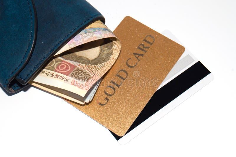 Ukrainska hryvniapengar- och bankkreditkortar i en plånbok på vit bakgrund, kopieringsutrymme för text royaltyfri fotografi