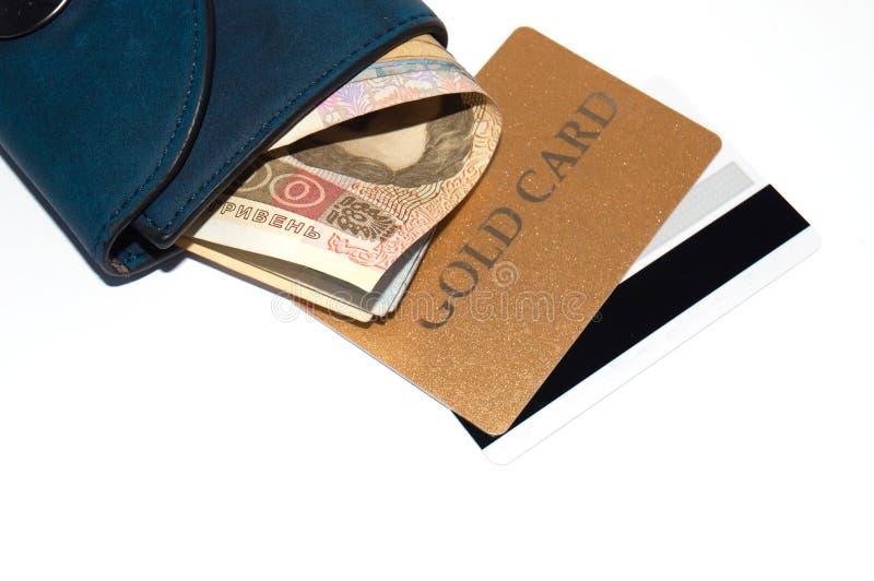 Ukrainska hryvniapengar- och bankkreditkortar i en pl?nbok p? vit bakgrund, kopieringsutrymme f?r text royaltyfri foto