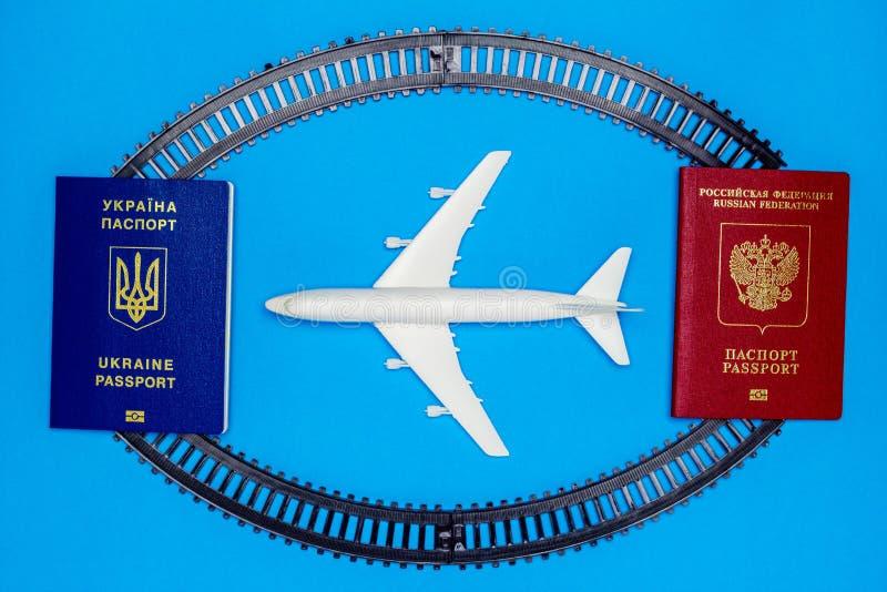 Ukrainska och ryska pass, stänger och modellflygplan Begreppet av passageraretrafik mellan Ukraina och Ryssland royaltyfri bild