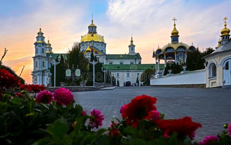 Ukrainskt heligt antagande Pochaev Lavra i sommaren på solnedgången royaltyfri foto