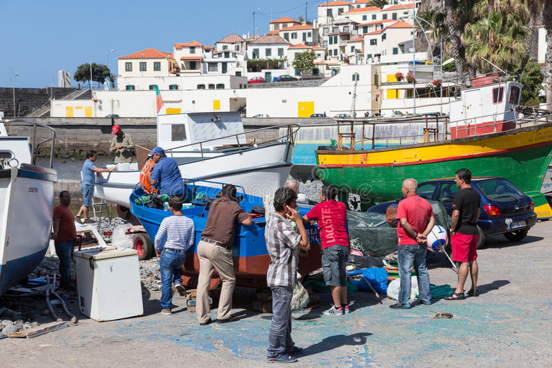 Ukrywa z rybakami i połowów statkami w Funchal, Portugalia obrazy stock