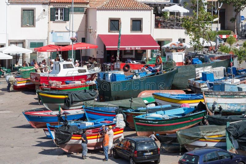 Ukrywa z rybakami i połowów statkami w Funchal, Portugalia obraz stock