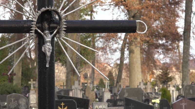 Ukrzyżowany jezus chrystus na cmentarza krzyżu Grób i drzewa w cmentarzu 4K zbiory wideo